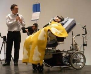 寝台型車いすで壇上に登場し、担当編集者の村井さん(左)とトークや朗読を披露した