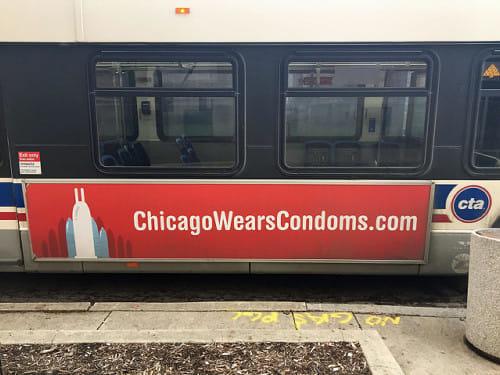 シカゴのバスの写真です。車体横に、コンドームを無料で配布しているキャンペーンについての広告がありました。コンドームの形が、シカゴのシンボル的ビルであるジョン・ハンコック・センターの形をしていて面白いです