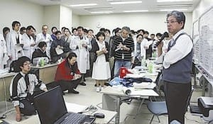 震災後、東北大病院のミーティングで陣頭指揮を執る里見進さん(右、2011年3月14日)=同大病院提供