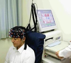 群馬大学病院で光トポグラフィーを体験する筆者