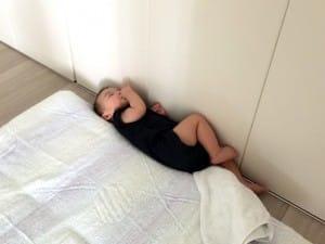 布団から落ちても昼寝を続ける息子です