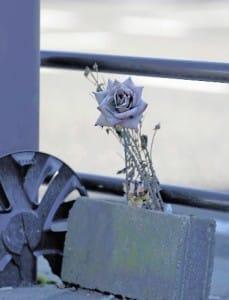 女子生徒が亡くなった現場には今も花が供えられている(8日)