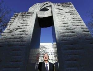 救命救急の碑の前に立つ山田さん。「患者を第一に考える医療を続けてほしい」と後輩たちに注文した(8日、仙台市で)=冨田大介撮影