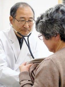 75歳になった現在も診療を続ける村口さん。「どんな医師になりたいかを徹底的に語り合ったインターン闘争がその後の人生を決めた」と語る(多賀城市の坂総合クリニックで)