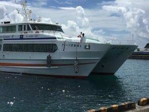 私たちが乗った高速船「クイーンざまみ」。沖縄本島の泊港から50分ほどで阿嘉島に着きます。