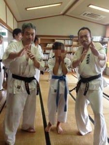 稽古の最中は写真が撮れないので、終わった後にパチリ。左が私。右は同じ東京道場生のYさん。真ん中は川邉先生の三女(とってもかわいいんだけど、未成年なのでモザイクを入れました)。