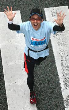 2014年の第1回福岡マラソン。沿道で取材中の同僚が撮影