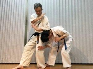 金的に蹴りが入るとAは必ず前かがみになるので、Bはその後頭部に上から左の肘打ちを振り下ろす。