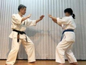 攻撃側のA(右)と捌き側のBは、ともに左足前の後屈立(こうくつだ)ちで構える。