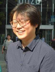 「憲法裁の決定は韓国社会の成熟を示している」と話すパクさん