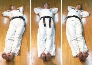 心体育道の準備運動で行う「金魚運動」。上半身と下半身をくねくね動かします。背骨を整える、とされます。