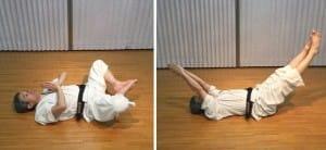 同じく「合掌合蹠(がっしょうがっせき)」。手足を合わせた姿勢から、斜め45度上方に伸ばしたり縮めたりを繰り返します。左右の筋肉・骨格・自律神経を整える、とされます。