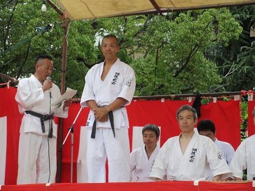 誠流武会のことをマイクで紹介する心体育道創始者の廣原誠先生(左)。その右が誠流武会代表の川邉頼昭先生。その右(前列)に座っているのが私。