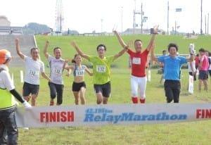 リレーマラソン in 淀川河川公園で、約250チーム中17位の好タイムでゴールする「よみうりパチカメーズ」のメンバー(10月2日)