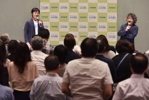 「座りっぱなしは体に悪い」との話題に、会場の皆さんも立ち上がって足踏み(9月13日、よみうり大手町小ホールで)=秋元和夫撮影