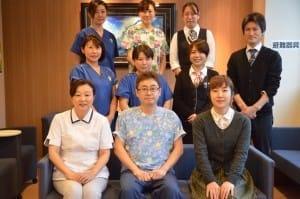 私が所属するクリニックのスタッフとパチリ。中央が院長の村田幸生先生です
