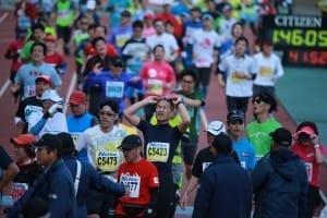 大阪ハーフマラソンでゴール後、疲れた表情の筆者(1月、大阪市東住吉区のヤンマースタジアム長居で)