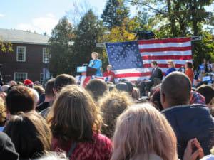 集まったたくさんの支持者を前に演説をするクリントン氏(10月25日、ニューハンプシャー州で)