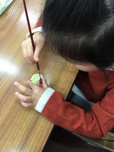 粘土のハンバーグを仕上げる娘です