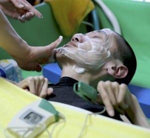 顔を洗うために人工呼吸器の鼻マスクを取る時は、血中の酸素濃度を測りながら。数値が下がりすぎたら中断してマスクをあてる