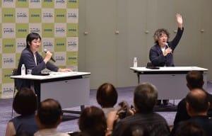 来場者に話しかける茂木健一郎さん(右)と石川善樹さん(9月13日、よみうり大手町小ホールで)=秋元和夫撮影