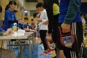 測定器を握り締めて握力を測る人たち