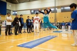 立ち幅跳びに挑戦する佐藤弘道さん