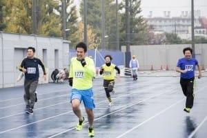 小雨まじりの中、50メートル走にトライする参加者