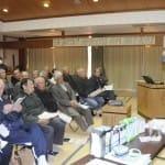 林さん(右)の話に耳を傾ける参加者たち(2月7日、掛川市で)
