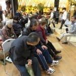 アドバイスを受け、参加者は靴のひもをゆるめて、足にぴたりと合わせて締めた。(2月24日、埼玉県越谷市のイオンレイクタウンで)