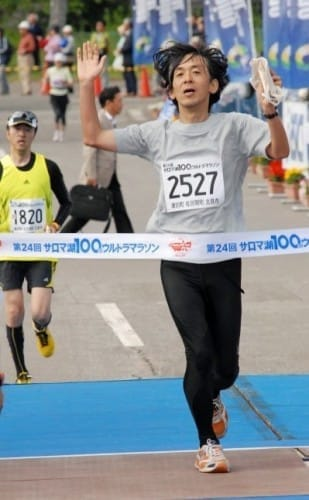 スタートから10時間33分、サロマ湖100キロウルトラマラソンでゴール(2009年6月28日、北海道北見市で)