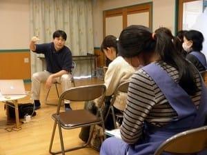 福島市の三育保育園で、母親や保育士に放射線情報についてかみ砕いて伝える坪倉さん(2月18日)