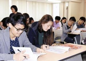 介護福祉士目指す留学生、在留資格見直しで急増