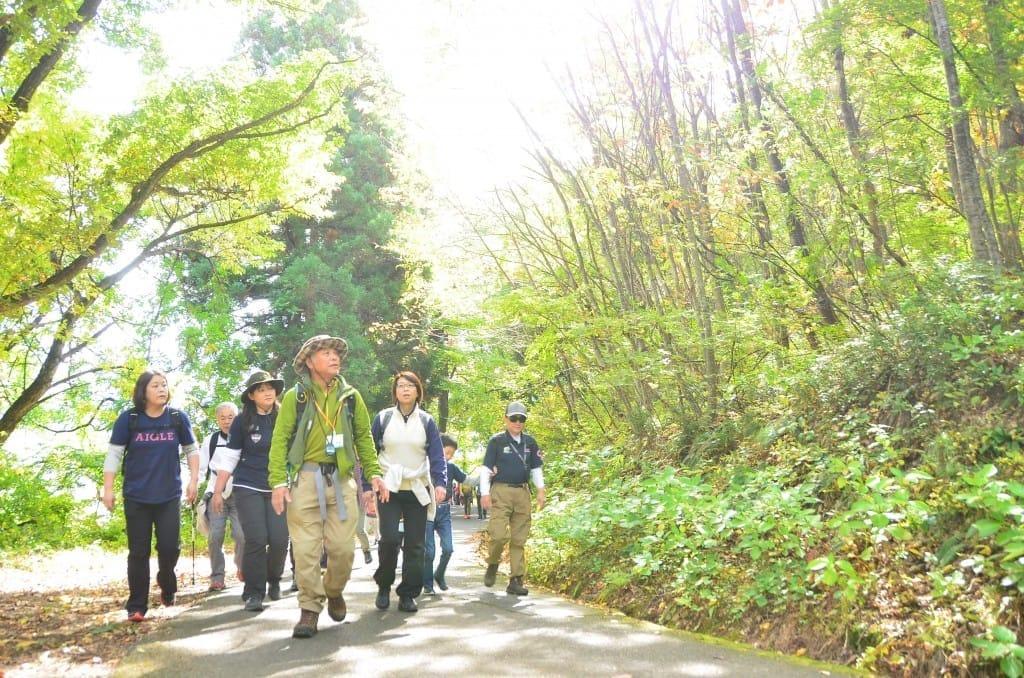 頑張りすぎないクアオルト健康ウォーキングを楽しむ人たち(2016年10月、山形県上山市提供)
