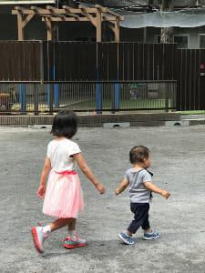 公園で2人で遊ぶ子供達です