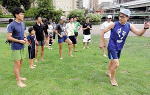 裸足ランニング(1)「蹴らない走り」でケガ予防