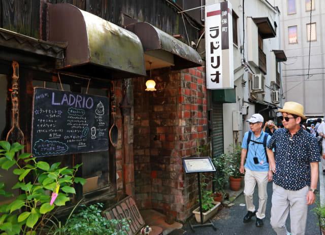 東京・神田神保町の喫茶店が並ぶ通りを歩く