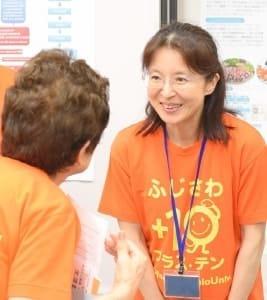 参加者と言葉を交わす小熊祐子准教授