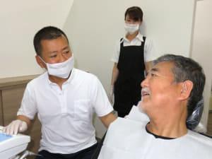 「コンポジットレジンの治療はひとつの提案です」という田代浩史さん(左)