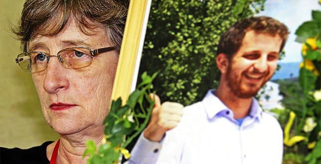 息子ケリーさんの写真とともに記者会見に臨むマーサ・サベジさん