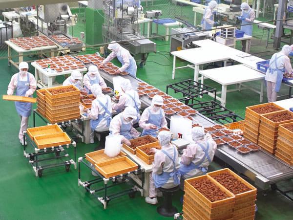 和歌山県田辺市の本社工場での梅干しのパック詰め作業(中田食品提供)