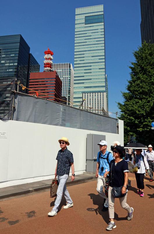 読売新聞東京本社(後ろ中央)からスタート。泉麻人さんが先導する