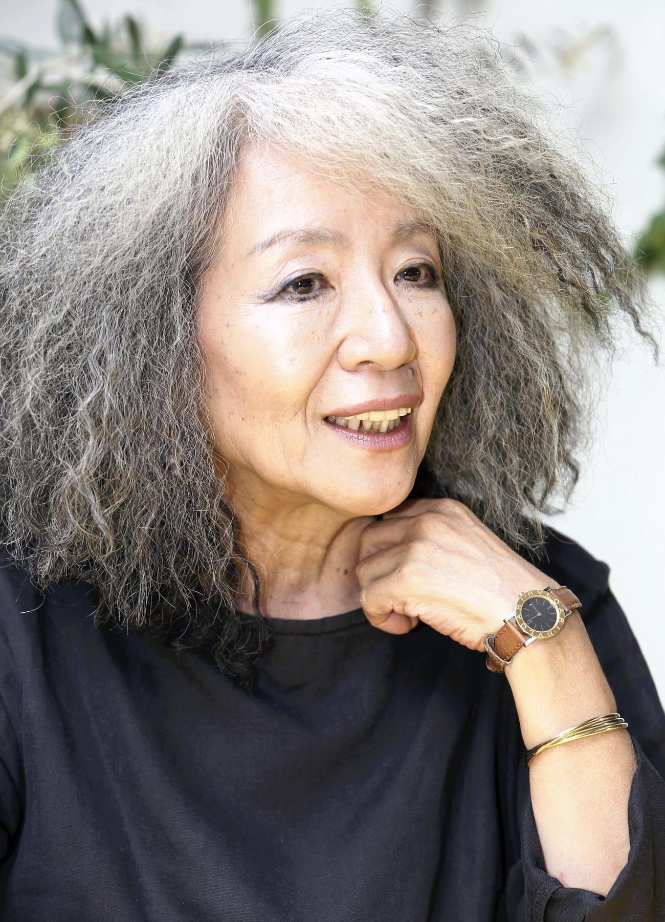 「母の介護をしていた時、美容院に行く時間が惜しくて長持ちしそうなこの髪形にしたら、母が笑顔になってくれた」という。それ以来、髪形を変えられないでいる。「友人からは『怒髪ヘア』と言われています」(東京都港区で)=繁田統央撮影