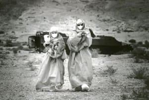 イラクとクウェートの国境にまたがる地帯で劣化ウラン弾の被害実態を調査する森滝さん(左、2002年、写真家・豊田直巳さん撮影)