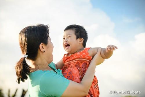 【名畑文巨のまなざし】   障害のある子どもたちは、キラキラした純粋な心を持っていると感じます。写真は、2歳のダウン症の女の子。一心に遊ぶ姿から、一点の曇りもない「お母さん大好き!」という気持ちがあふれます。ファインダーをのぞきながら心が洗われるようでした。ミャンマー・ヤンゴン市にて。
