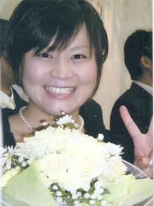 入院前、友人の結婚式に列席し、花嫁のブーケトスでキャッチした花束を手に笑顔を見せる麻彩さん(仮名)。「次に幸せになるのは私?」と喜んでいたという(2007年撮影、遺族提供)