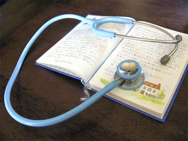 麻彩さん(仮名)が入院中の2008年正月から手術の2日前までつづっていた日記と看護師の仕事で愛用していた聴診器。日記帳も聴診器も、大好きな空色だった