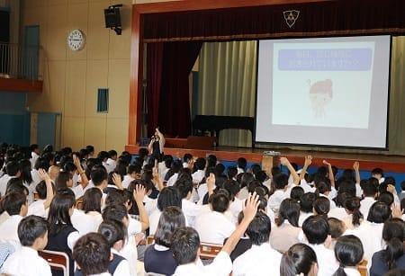 東京都八王子市の城山中学校で開かれた「学校訪問型睡眠口座」(2017年9月)