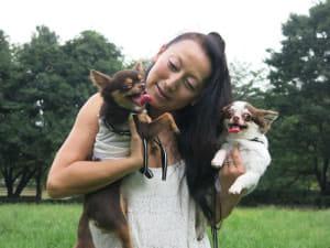 飼い犬と散歩する紫さん(7月、東京都世田谷区で)