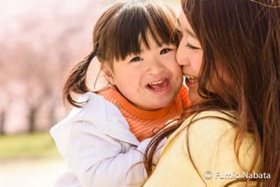 【名畑文巨のまなざし】 生まれてきた赤ちゃんの顔を見てお母さんは、「ダウン症では」と直感したそうです。でも、普段から保育士として、障害のある子どもの面倒も見てきたお母さんは、そのかわいさを知っていました。わが子に障害があることにも、全く抵抗はなかったそうです。逆に、気を遣った医師がなかなか伝えてくれなくて、やきもきしていたのだとか。大阪府豊中市にて。